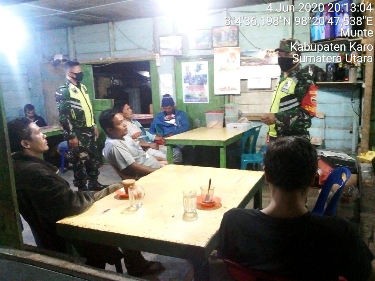 Babinsa Koramil 06/Munte Kodim 0205/TK Serma Edy Kurniawan dan Serda Wahyudi melaksanakan Disiplin Protokol Kesehatan