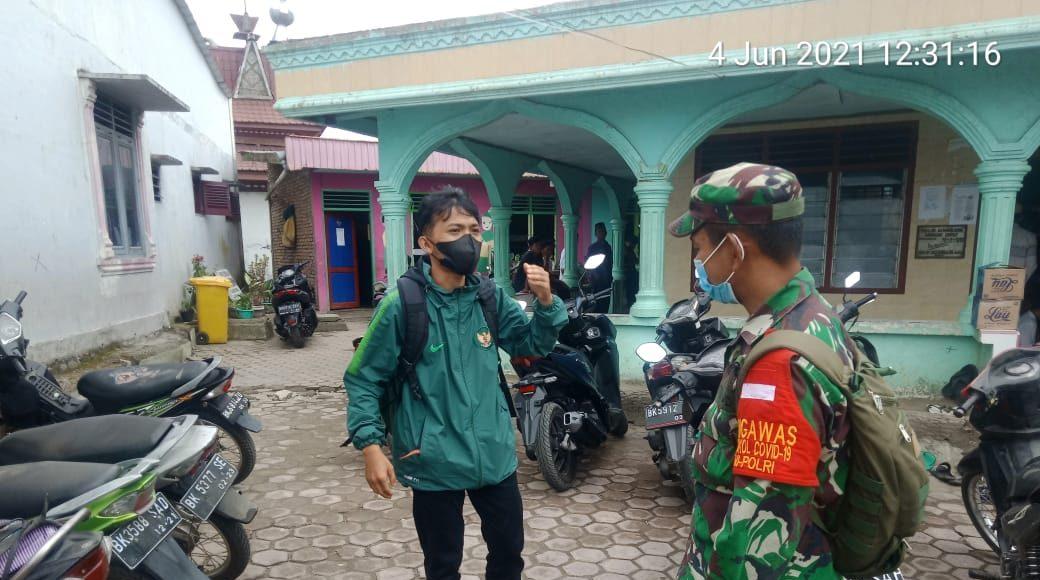 Jamaah Shalat Jumat Diberi Himbauan Prokes Oleh Babinsa Koramil 04/SE