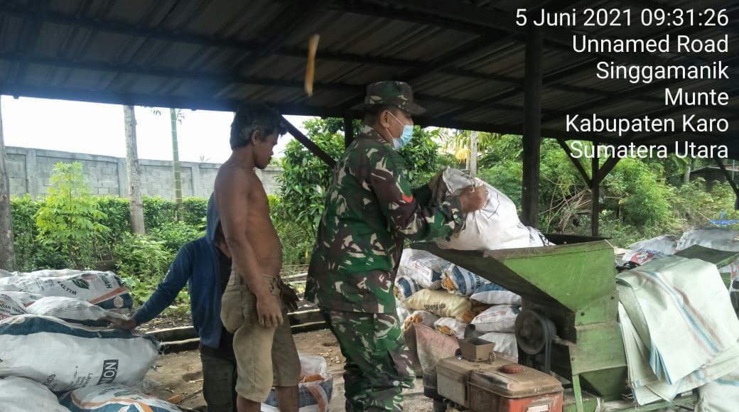 Personel Koramil 06/MT Turut Serta Membantu Ketahanan Pangan