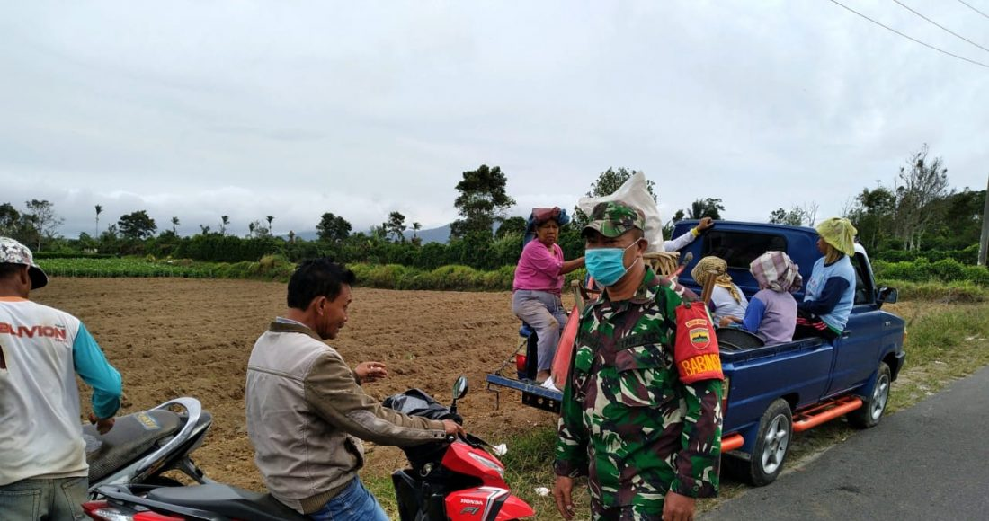 Jaga Keamanan Warga, Babinsa Koramil 04/SE Patroli Zona Merah Sinabung