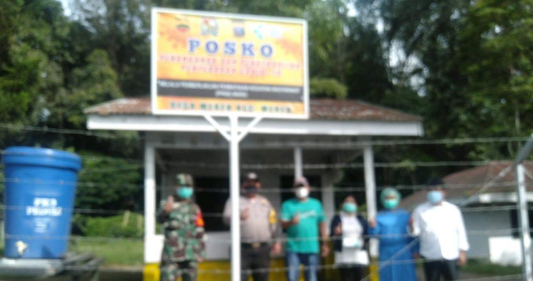 Pengunjung Pasar Tradisional Merek Diberikan Himbauan Prokes oleh Babinsa Koramil 02/TP