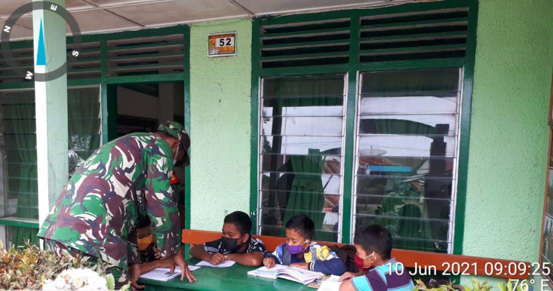 Sejumlah Siswa SD di Tigapanah Manfaatkan Wifi Gratis Milik Koramil 02/TP