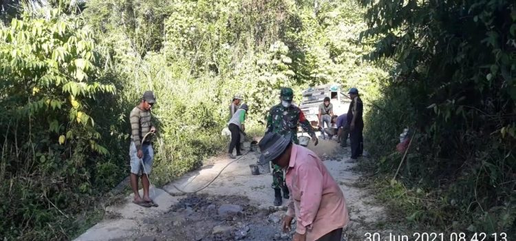 Personel Koramil 07/JH Bantu Warga Perbaiki Badan Jalan Rusak