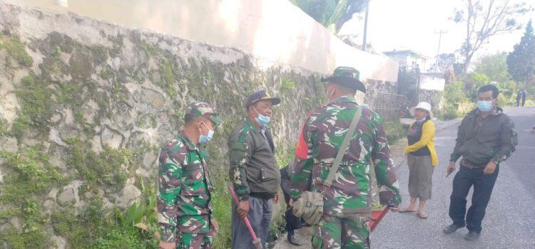 Babinsa Koramil 04/SE Bersama Warga Bergotong Royong Membersihkan Jalan Umum