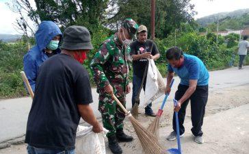 Babinsa Koramil 04/SE Ciptakan Rasa Gotong Royong Bersama Warga