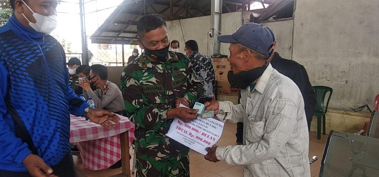Danramil 03/BT Dampingi Penyerahan BLT Kepada Warga Desa Sempajaya