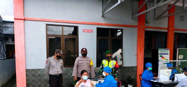 Personel Koramil 08/TB Dampingi Proses Vaksinasi kepada Warga Binaan