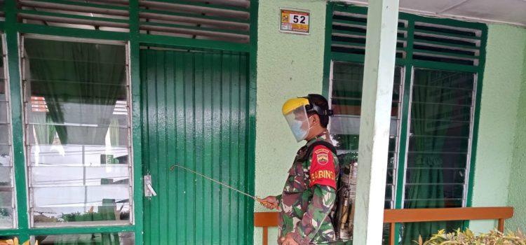 Babinsa Koramil 02/TP Rutin Semprotkan Disinfektan di Lingkungan Kerja