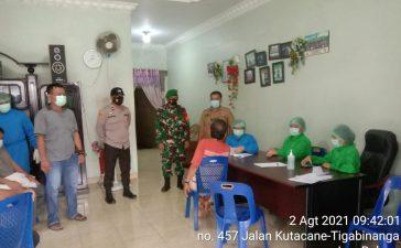 Personel Koramil 09/LB Monitor Proses Vaksinasi di Desa Perbulan