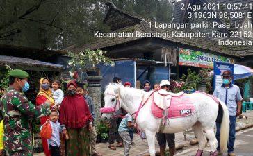 Babinsa Koramil 03/BT Terus Himbau Wisatawan di Berastagi Untuk Mematuhi Prokes Saat Liburan