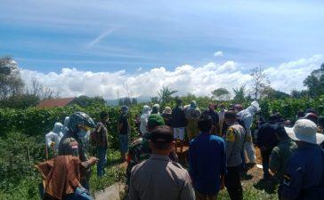 Babinsa Koramil 04/SE Kawal Pemakaman Warga yang Terpapar Covid19