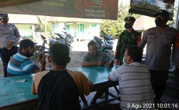 Babinsa Koramil 09/LB Himbau Pengunjung Warung Kopi Taati Prokes