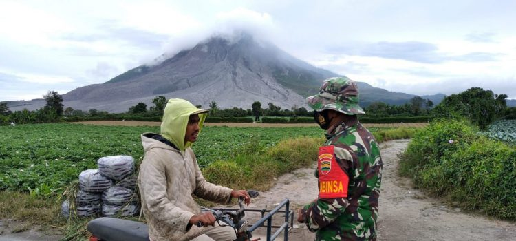 Babinsa Koramil 04/SE Gelar Kegiatan Penjagaan Portal Zona Merah Sinabung