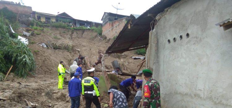 Danramil Beserta Babinsa Koramil 03/BT Turut Serta Dalam Evakuasi Korban Longsor di Kabanjahe