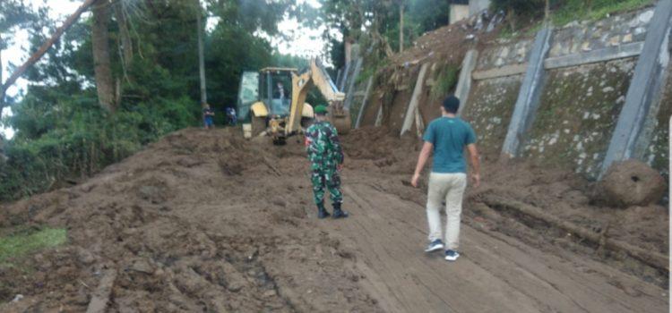 Babinsa Koramil 03/BT Adakan Gotong Royong Bersihkan Material Longsor di Gundaling Berastagi