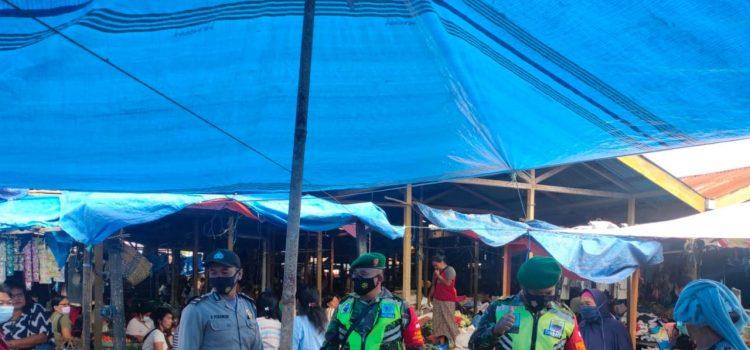 Babinsa Koramil 08/TB Himbau Warga di Pasar Tradisional Tiga Binanga Patuhi Prokes