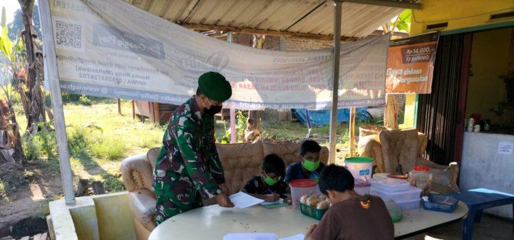 Sejumlah Siswa SD Nikmati Wifi Gratis Saat Belajar Daring di Dampingi Anggota Koramil 05/PY