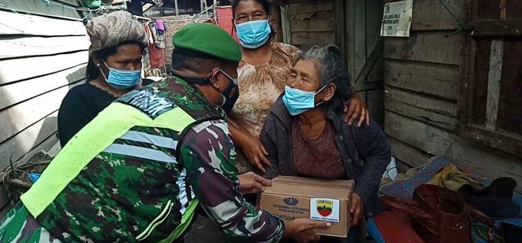 Bati Tuud Bersama Babinsa Koramil 04/SE Salurkan Paket Sembako Kepada Masyarakat yang Membutuhkan