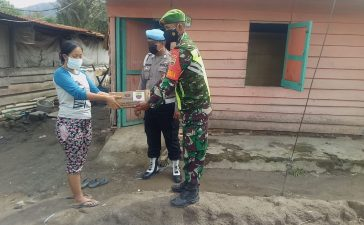 Babinsa Koramil 05/PY Salurkan Bantuan Paket Sembako Kepada Warga Terdampak Bajir Lahar Dingin
