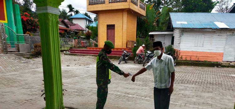 Babinsa Koramil 05/PY Himbau dan Awasi Jemaat Shalat Jumat Untuk Patuhi Prokes