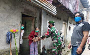 Bantu Keluarga Kurang Mampu, Babinsa Koramil 03/BT Bagikan Paket Sembako