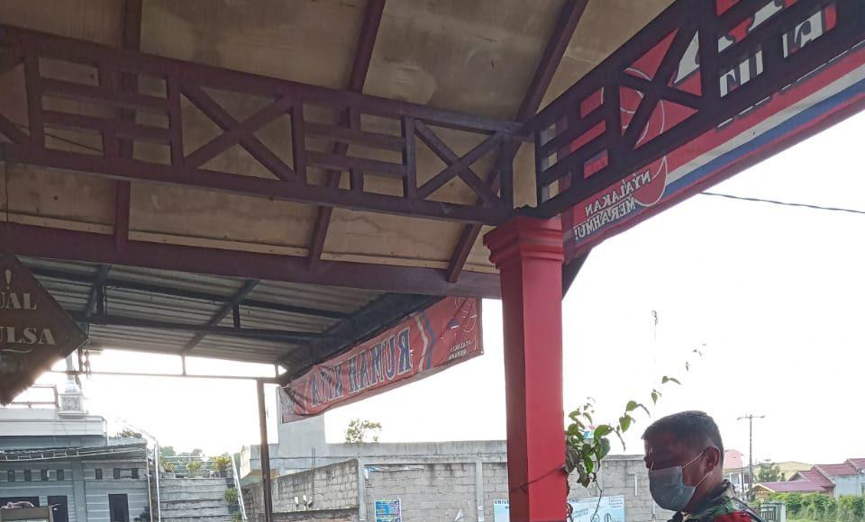 Warga di Warung Kopi Mendapatkan Himbauan Prokes dari Babinsa Koramil 02/TP