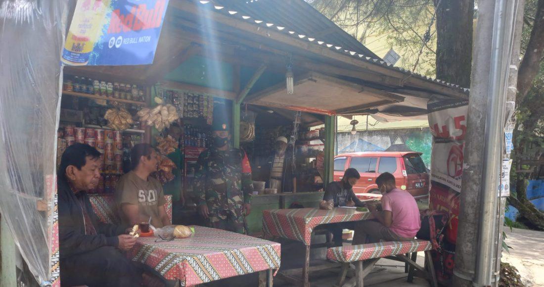 Babinsa Koramil 03/BT Himbau Warga Patuhi Prokes Secara Berkesinambungan