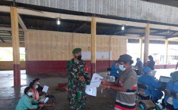 Babinsa Koramil 01/BJ Dampingi Warga yang Menjalani Vaksinasi di Desa Suka Nalu