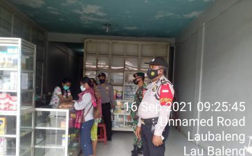 Sejumlah Warga yang Sedang Minum Kopi Mendapatkan Sosialisasi Prokes dari Babinsa Koramil 09/LB