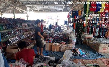 Babinsa Koramil 07/JH Sidak Pusat Pasar di Juhar Untuk Menghimbau Warga Mematuhi Prokes
