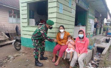 Babinsa Koramil 02/TP Sosialisasikan Protokol Kesehatan pada Warga yang Akan Beraktivitas