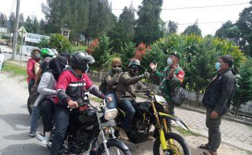 Babinsa Koramil 04/SE Lakukan Himbauan Prokes Kepada Pengguna Jalan di Gundaling