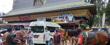 Babinsa Koramil 03/BT Himbau Pengunjung Wisata Pasar Buah Berastagi Tetap Patuhi Prokes