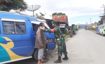 Babinsa Koramil 01/BJ Himbau Pengguna Angkutan Umum Untuk Tetap Menjaga Jarak dan Membagikan Masker Gratis