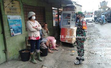 Babinsa Koramil 02/TP Himbau Masyarakat yang Sedang Beraktivitas Untuk Menjalankan Prokes