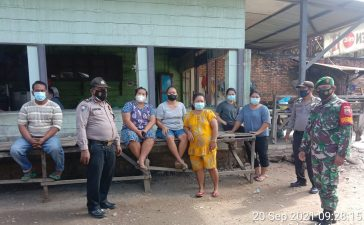 Warga Pengunjung Warung Kopi Mendapatkan Himbauan Prokes Dari Babinsa Koramil 09/LB
