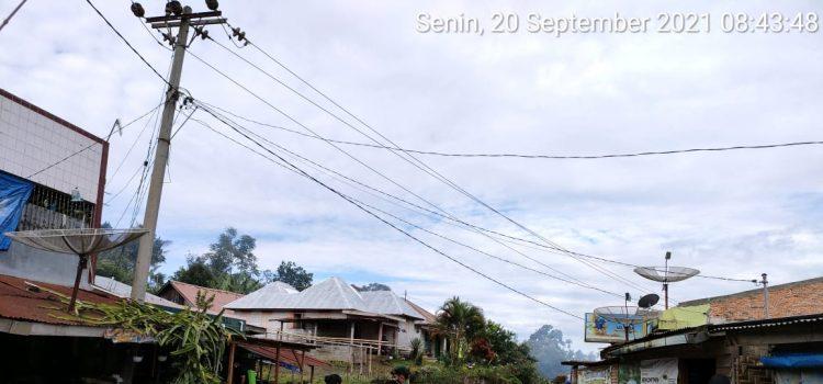 Jaga Kesehatan Lingkungan, Babinsa Koramil 06/MT Bersama Warga Semprotkan Disinfektan di Rumah Warga