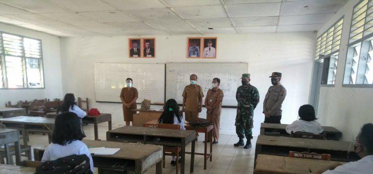 Danramil 05/PY Pastikan Proses Belajar Tatap Muka di SMAN 1 Tiganderket Mematuhi Prokes