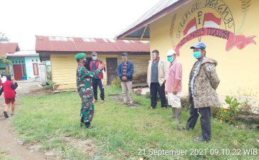 Babinsa Koramil 01/BJ Himbau Warga di Seputaran Sekolah SD Tigajumpa Untuk Senantiasa Menaati Prokes