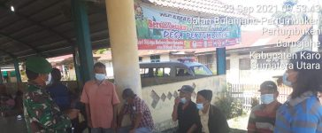 Babinsa Koramil 01/BJ Himbau Masyarakat yang berada di Jambur