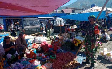 Babinsa Koramil 05/PY Berikan Himbauan Kepada Pengunjung Pasar Tradisional di Tiganderket