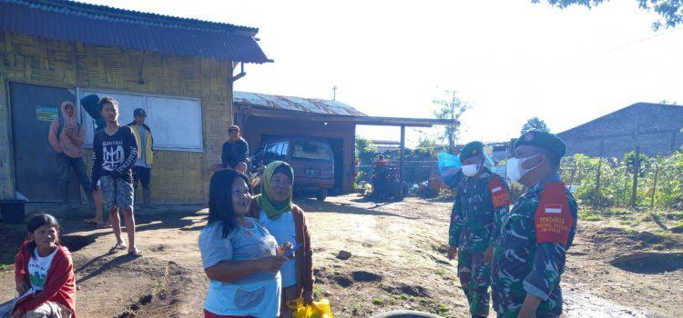 Babinsa Koramil 04/SE Himbau Warga di Tempat Keramaian Kecamatan Simpang Empat