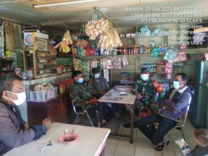Babinsa Koramil 03/BT Himbau Pengunjung Warung Kopi di Desa Sempa Jaya Berastagi