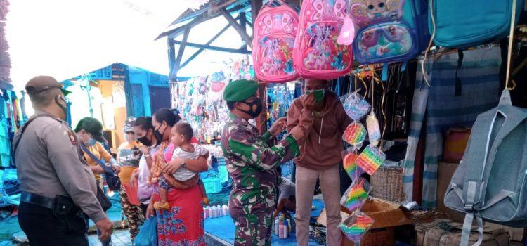 Babinsa Koramil 09/LB Himbau Masyarakat yang Belanja di Pasar Mingguan Laubaleng