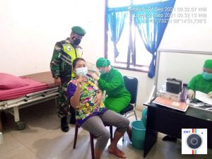 Babinsa Koramil 08/TB Laksanakan Pendampingan Vaksinasi Para Pedagang di Tigabinanga