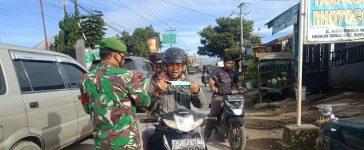 Babinsa Koramil 04/SE Laksanakan Operasi Yustisi Bagi Pengguna Jalan di Kecamatan Simpang Empat
