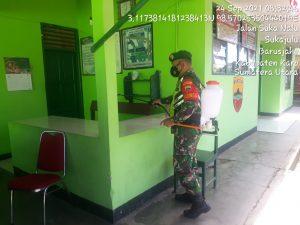 Babinsa Koramil 01/BJ Rutin Semprot Disinfektan di Lingkungan Kerja