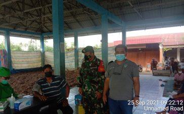 Babinsa Koramil 09/LB Laksanakan Pendampingan Vaksinasi Kepada Warga Berusia 18 Tahun Ke Atas