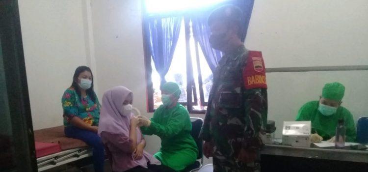 Babinsa Koramil 08/TB Dampingi Proses Vaksinasi Kepada Warga Tigabinanga