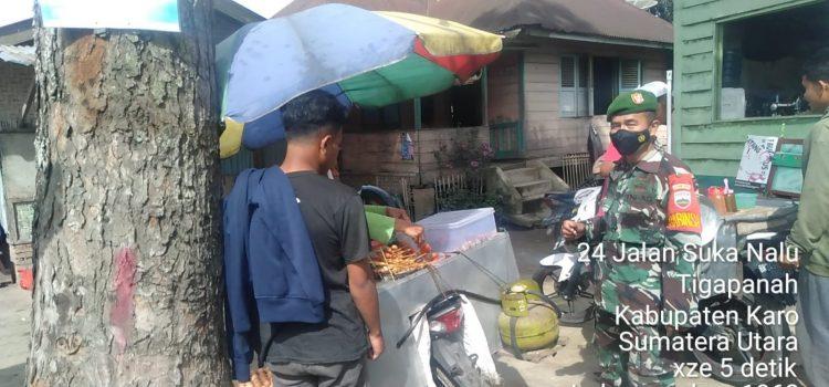 Babinsa Koramil 02/TP Himbau Warga yang Akan Melaksanakan Aktifitas Bekerja Untuk Mematuhi Prokes